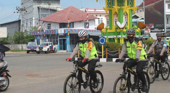 Bersepeda, Kapolres Ketapang Susuri Pasar dan Warung Kopi Imbau Masyarakat Taat Protokol Kesehatan 1