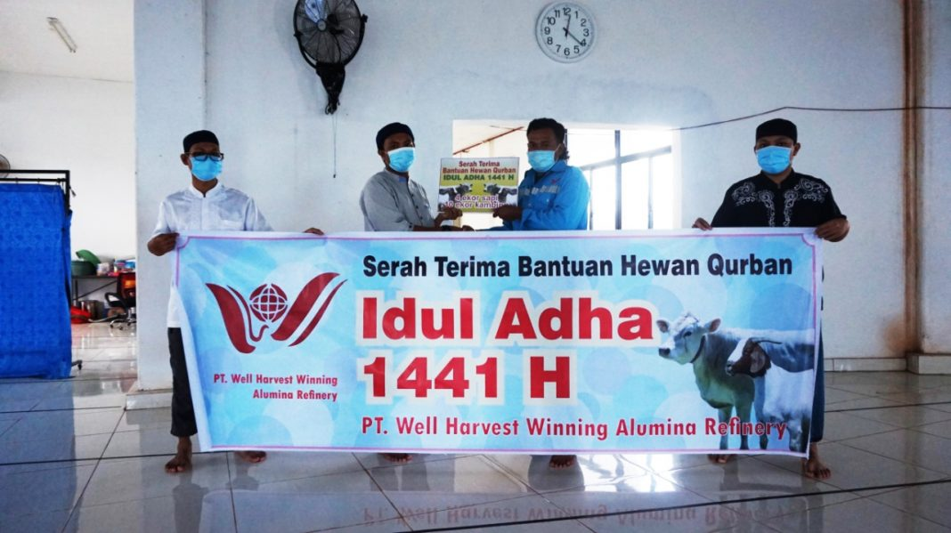 Memaknai Idul Adha,  PT WHW Salurkan Hewan Kurban ke Empat Dusun di Kendawangan 1