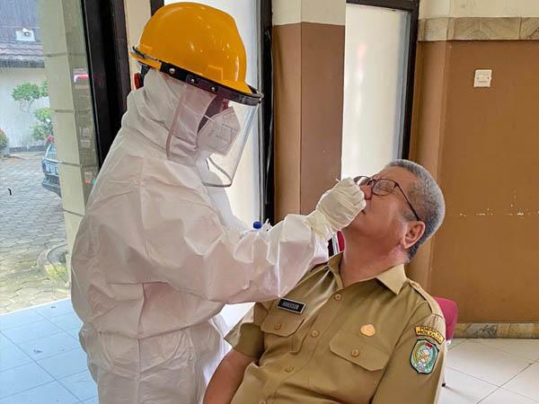 Kepala Dinas Kesehatan Kalbar, Harisson saat menjalani pemeriksaan swab