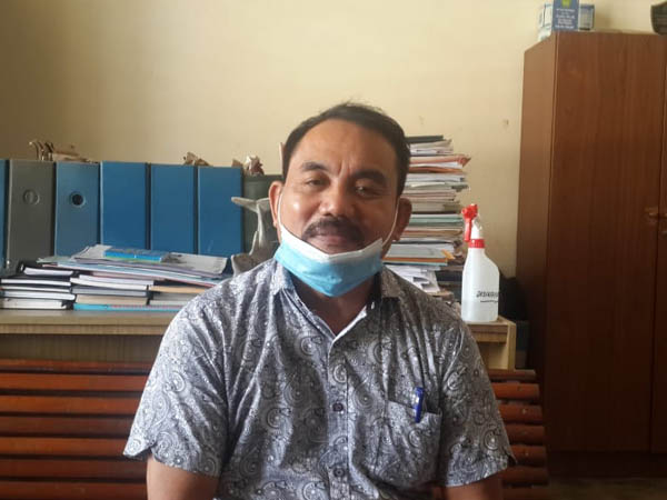 Kepala SMA Karya Sekadau, Sumardi saat diwawancarai wartawan