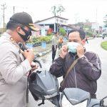 Polres Sekadau Bagikan Ribuan Masker Serentak Sekaligus Kampanyekan Jaga Jarak 14