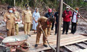 Wabup Aloysius Letakan Batu Pertama Kantor Desa Seburuk Satu 2