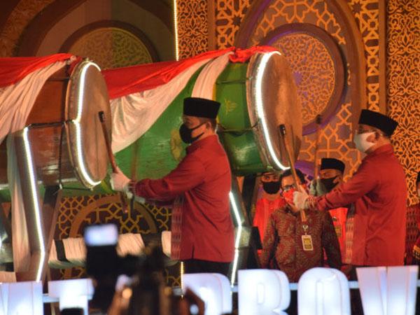 Wakil Gubernur Kalbar, Ria Norsan dan Bupati Sekadau, Rupinus memukul beduk sebagai tanda dibukanya pelaksanaan MTQ XXVIII Kalbar di Sekadau