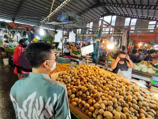 Wali Kota Pontianak, Edi Rusdi Kamtono saat memantau kepatuhan masyarakat terhadap protokol kesehatan di Pasar Flamboyan Pontianak