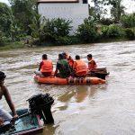 Aparat Gabungan Bersama Warga Cari Korban Tenggelam di Sungai Sekadau 10