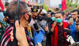 Gubernur Kalbar, Sutarmidji saat menemui massa demo tolak UU Omnibus Law Cipta Kerja