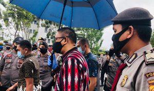 Gubernur Kalbar, Sutarmidji saat menemui massa demo tolak UU Omnibus Law Cipta Kerja di depan Kantor Gubernur Kalbar