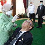 Gubernur Kalbar, Sutarmidji saat menjalani pemeriksaan swab