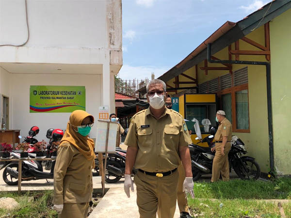 Kepala Dinas Kesehatan Provinsi Kalbar, Harisson saat meninjau kesiapan Labkesda Provinsi Kalbar