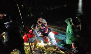 Tim gabungan saat mengevakuasi jasad bocah lima tahun yang tenggelam di Sungai Sekadau