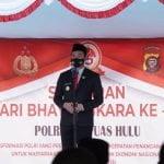 Bupati Kapuas Hulu, Fransiskus Diaan memberikan sambutannya pada peringatan Hari Bhayangkara ke-75 di Polres Kapuas Hulu