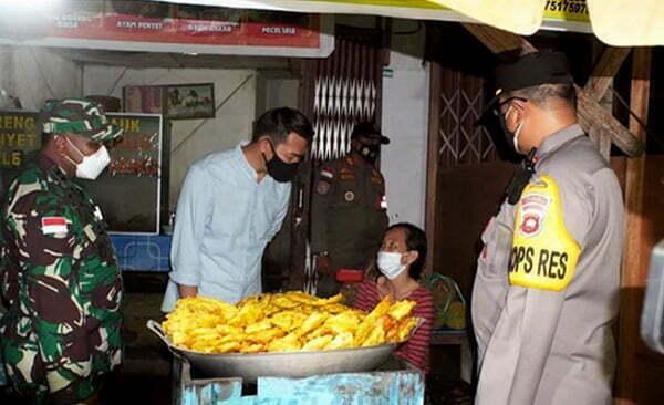 Bupati Sis Monitoring Jam Malam PPKM Sekaligus Beri Bantuan ke Pedagang Kecil di Putussibau