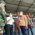 Gubernur Kalbar Sutarmidji bersama Wali Kota Pontianak Edi Rusdi Kamtono dan forkopimda saat meninjau pelaksanaan vaksinasi Covid-19 yang digelar IMI Kalbar di Stadion SSA Pontianak