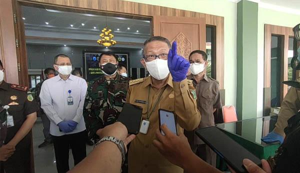 Gubernur Kalimantan Barat Sutarmidji saat diwawancarai wartawan usai rakor pelaksanaan PPKM Darurat di wilayah Kalbar bersama forkopimda Kalbar di Makodam XII Tanjungpura