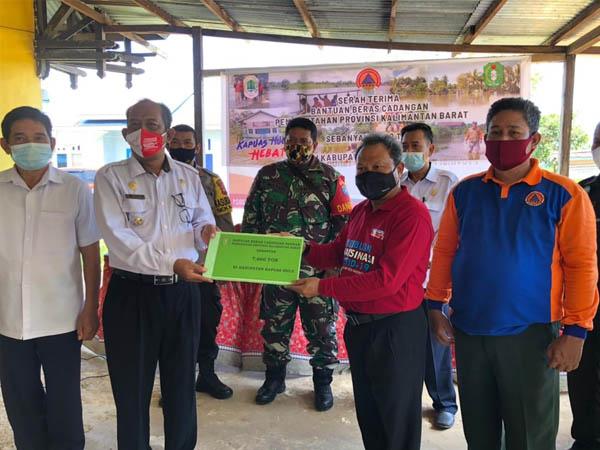 Sekda Mohd Zaini Serahkan Bantuan Beras untuk Masyarakat Dua Kecamatan yang Terdampak Banjir