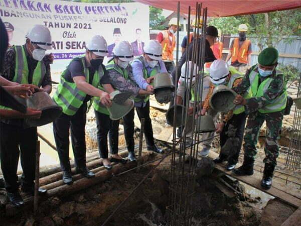 Bupati Aron Letakan Batu Pertama Pembangunan Puskesmas Selalong