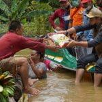 Bupati Sis Tinjau Banjir Sekaligus Berikan Bantuan di Putussibau Selatan
