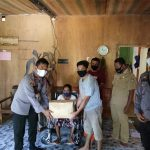 Peduli Sosial, Polsek Nanga Mahap Beri Bantuan Kursi Roda dan Sembako