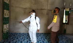 Polisi Disinfeksi Rumah Warga Positif Covid-19