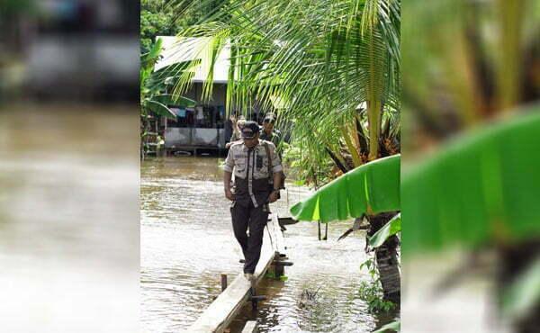 Bupati Martin Serahkan Bantuan Korban Banjir Sekaligus Paparkan Program Kerja di Desa Ulak Medang