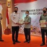 Bupati Sis Serahkan Sertifikat Redistribusi Tanah ke Masyarakat
