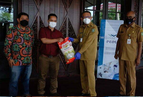 Wilmar Group Kalbar Serahkan Bantuan Beras dan Minyak Goreng ke Pemprov Kalbar