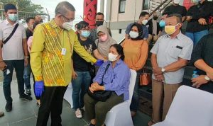 Tangis Histeris Istri Sambut Kedatangan Jenazah Wakil Bupati Sintang Yosep Sudiyanto di Supadio Pontianak