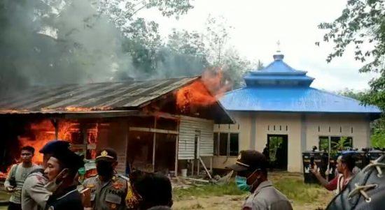Aliansi Umat Islam Tolak Jemaat Ahmadiyah Sintang, Bangunan Dibakar dan Masjid Dirusak