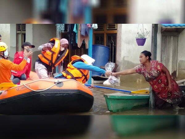 PMI Melawi Salurkan 100 Paket Sembako ke Korban Banjir