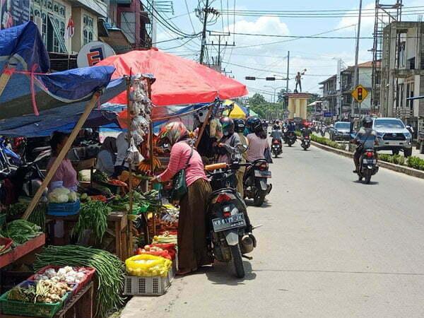 Melawi Dikepung Banjir, Pedagang Pasar Jualan di Bahu Jalan
