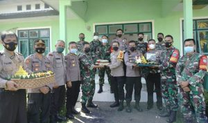 Bawa Tumpeng HUT TNI, Kapolres Melawi Kunjungi Kompi dan Koramil