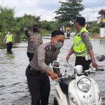 Jalan Nasional Terendam Banjir, Polisi Bantu Warga Lintasi Genangan Air