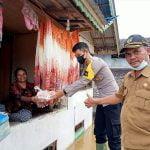 Pemdes Domet Permai Bersama Bhabinkamtibmas Bagikan Sembako untuk Korban Banjir