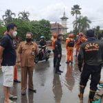 Sekda Zaini Tinjau Pembersihan Sampah di Kota Putussibau Pasca Banjir